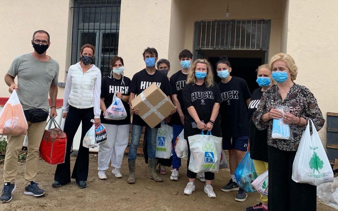 Ο Κώστας Κρομμύδας και η Μαρίνα Γιώτη προσφέρουν βοήθεια στους κατοίκους της Καρδίτσας