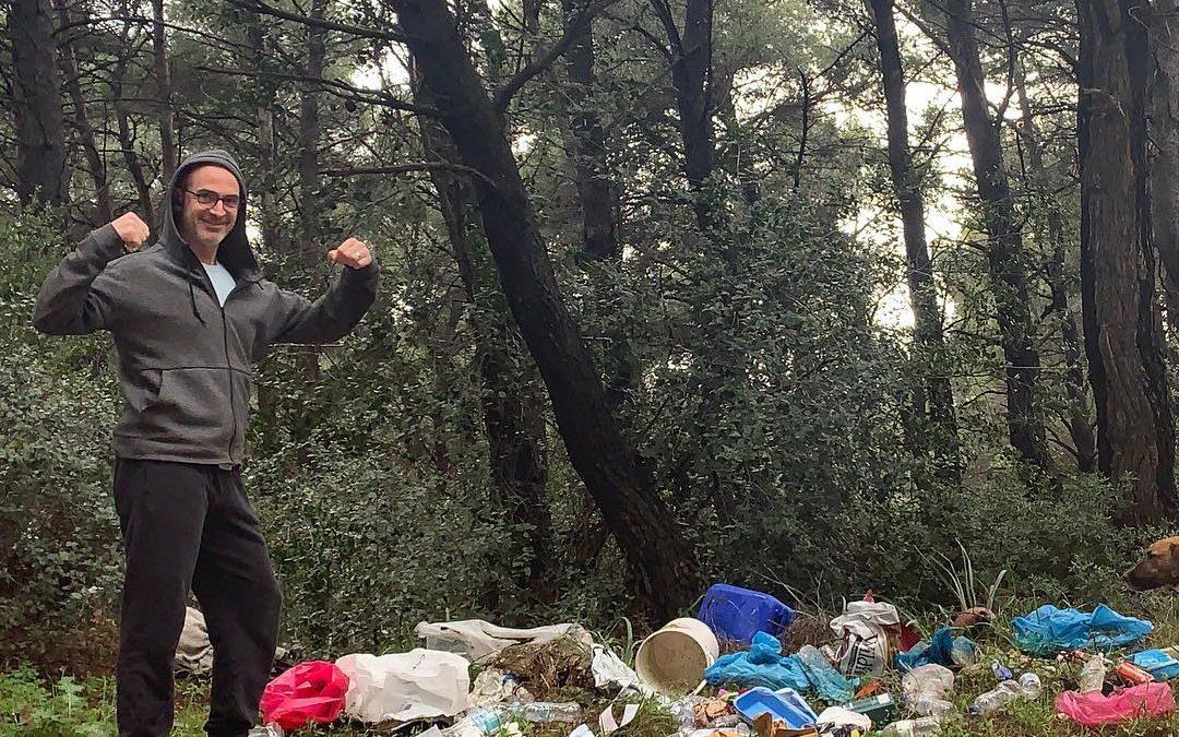 Αφιέρωμα Tlife: «Διάσημος Έλληνας ηθοποιός και συγγραφέας καθάρισε το δάσος στη Νέα Ερυθραία»
